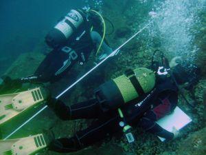 Jacobo y Omar tomando datos en el fondo marino de Radazul.