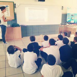 Katy, de BIOECOMAC, explicando los diferentes fondos que podemos encontrar en las islas Canarias.